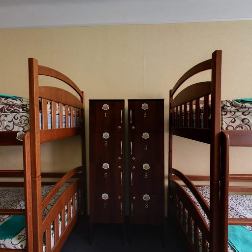 8-bed room