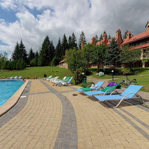 територія готелю (з басейном)