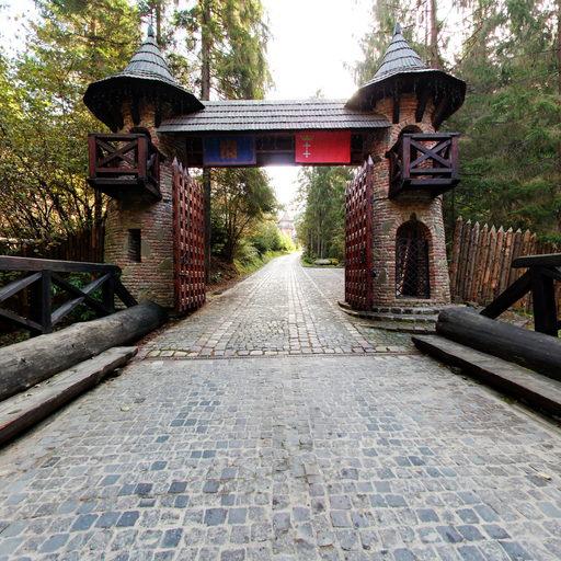 Ворота готелю. Осінь 2013