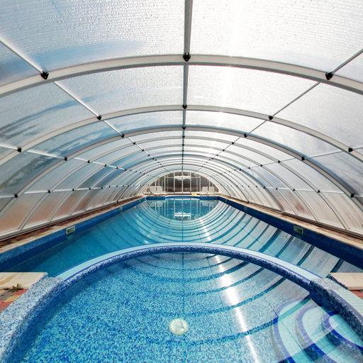 Всередині павільйону басейну