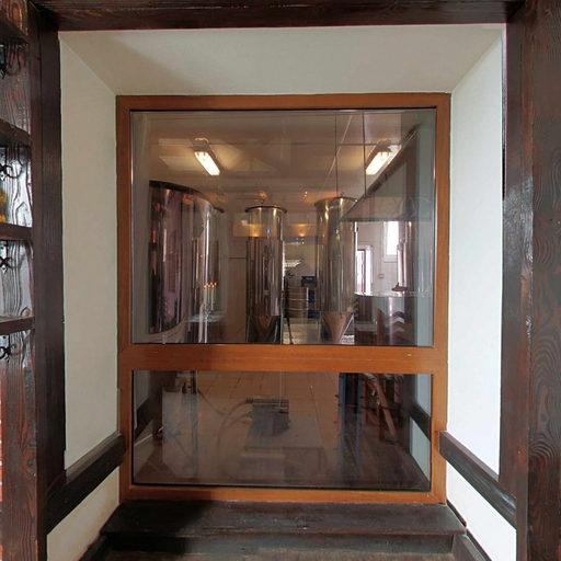 Перший поверх, зал з вікном на пивоварню